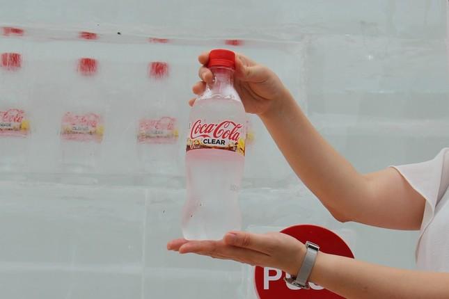 自動販売機もコカ・コーラも透明