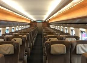 新幹線で後ろの乗客に「席を倒していいですか」 声掛けはマナー?それとも不要?