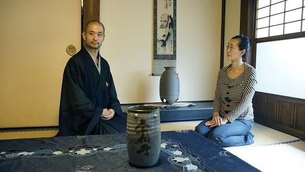 両足院の副住職・伊藤東凌師と語り合う。副住職は座禅会などを開き、禅に馴染みのない人たちも気軽に足を運んでもらいたいと考えている