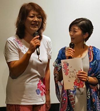 舞台あいさつにて、監督の三上智恵さん(左)と大矢英代さん