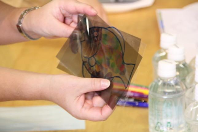 テープを重ねた部分の色が違って見える