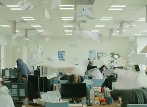 「オー人事」シリーズ新CM 職場の天井から仕事の雨、社員はどうする?
