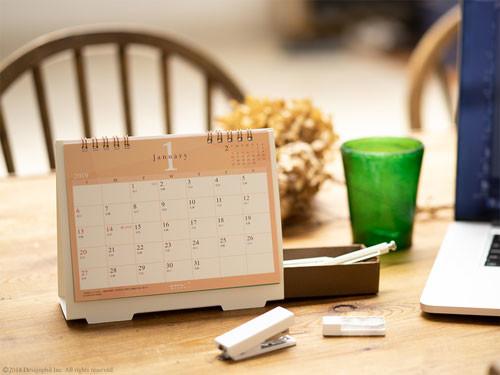 卓上カレンダーの隙間に小物を収納