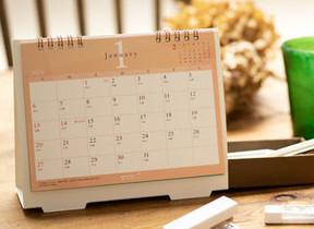 小物入れにまとめてデスクすっきり 「引き出し収納付カレンダー」
