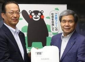 カシオ、熊本県にプロジェクター寄贈 「水銀フリー社会」実現に向けて連携