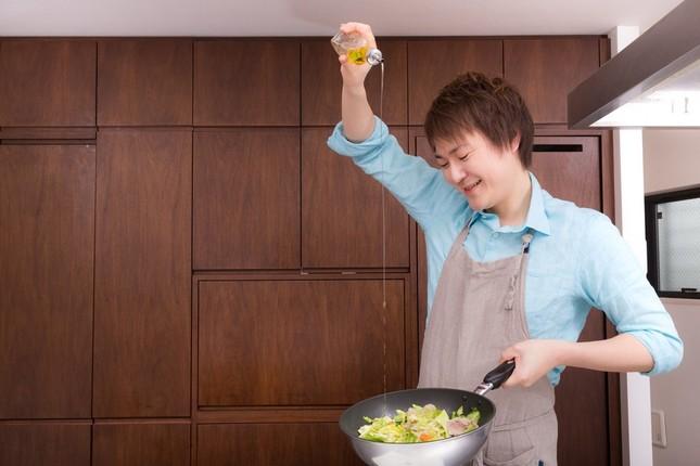 男性のみなさん、料理しますか?