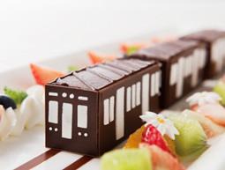 阪急電車コラボケーキを食べながら優雅にトレインビュー!