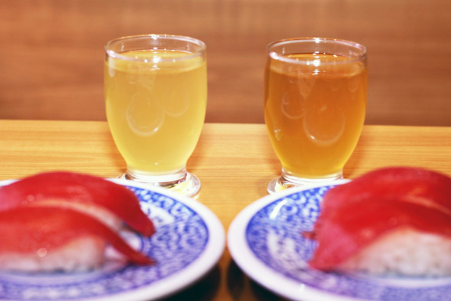 左がこれまでの寿司酢、右が黒酢