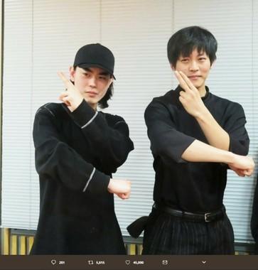 ラジオに出演時に、「遊戯王」のキメポーズをする菅田将暉さんと松坂桃李さん(画像は松坂桃李さんのツイッターより)
