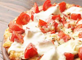 ピザーラ「激盛りトマチーピザ」販売休止 激盛りしすぎてチーズ製造追いつかず...