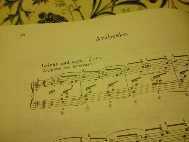 アラベスクの楽譜冒頭、ドイツ語の「アラベスケ」と記されている