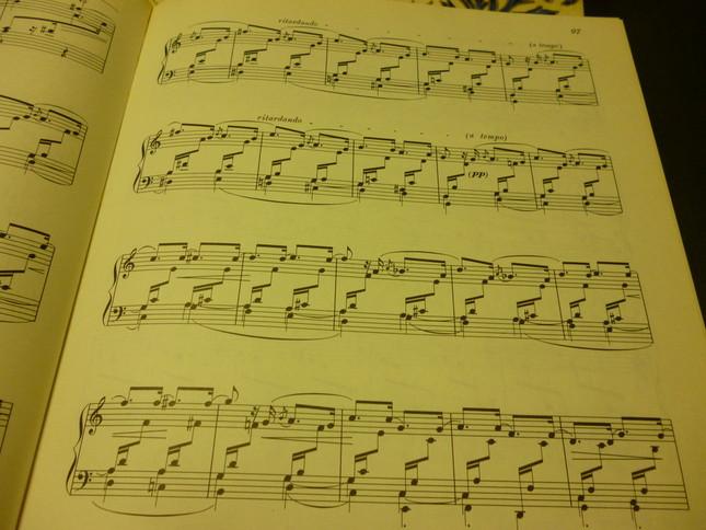 モチーフが繰り返して、楽譜自体が「アラベスク模様」に見える