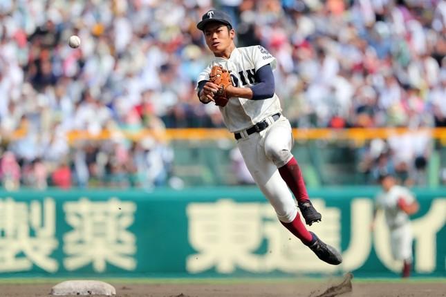 軽快な守備を見せる大阪桐蔭の根尾昂選手