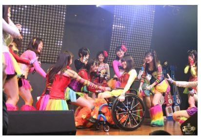 仮面女子のメンバーに囲まれる猪狩ともかさん(猪狩さんのブログより)