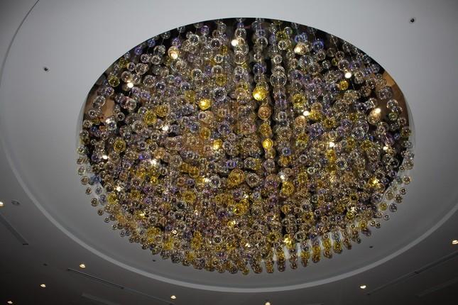 天井には大きなシャンデリア