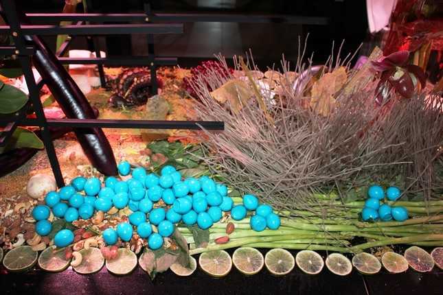 レストランの個室には秋をイメージしたアートが展示されていた。海草で青く着色したうずらのたまごは食べることができる