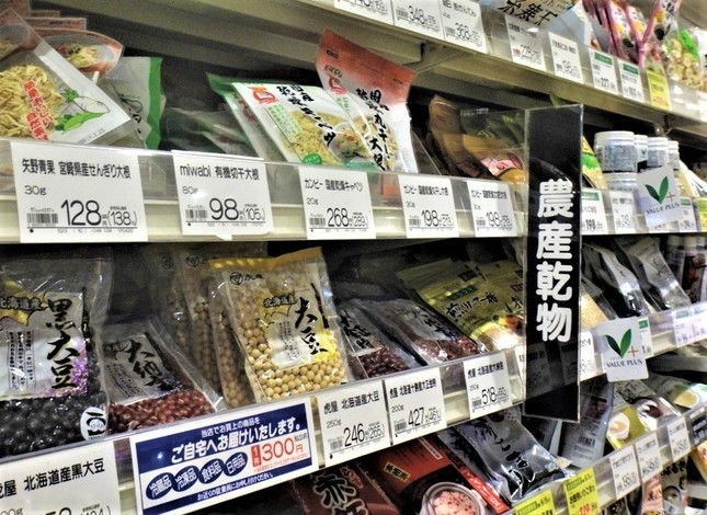 何でもそろうスーパーだが、煮豆の作り方は教えてくれない=東京都内で、冨永撮影