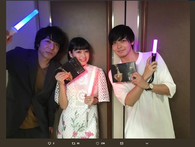 左から三浦大輔監督、女優の冨手麻妙さん、俳優の猪塚健太さん(画像は三浦監督のツイッターより)