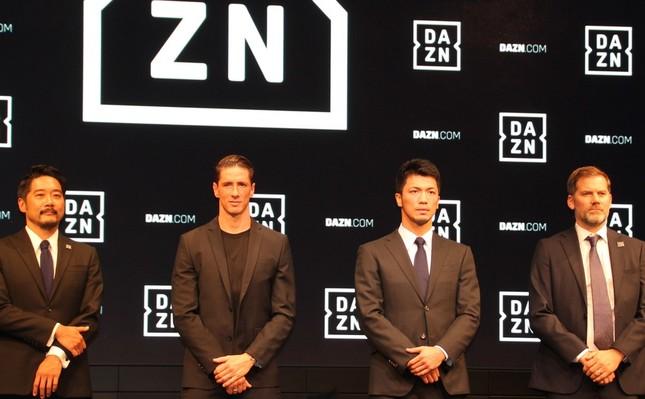 左から「DAZNマーケティング・パートナーシップ」シニアバイスプレジデントの大崎貴之氏、フェルナンド・トーレス選手、村田諒太選手、マーティン・ジョーンズ氏
