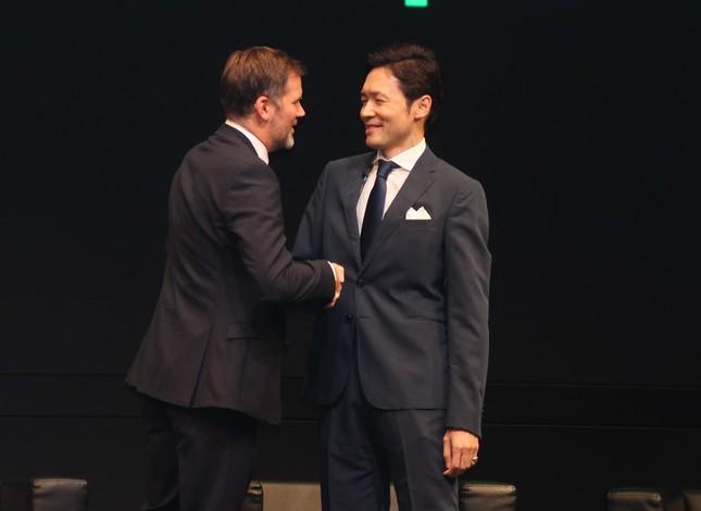 握手を交わすマーティン氏と「スポティファイジャパン」代表取締役の玉木一郎氏