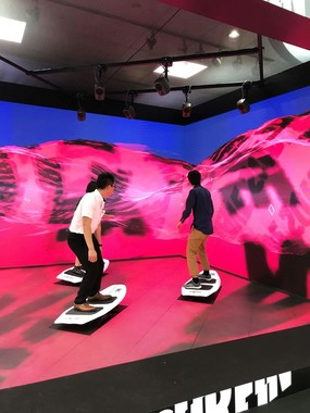 渋谷スクランブル交差点の人波に乗る「BIT WAVE SURFIN'」