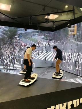 歩行者の量や時間帯によってビジュアルが変化
