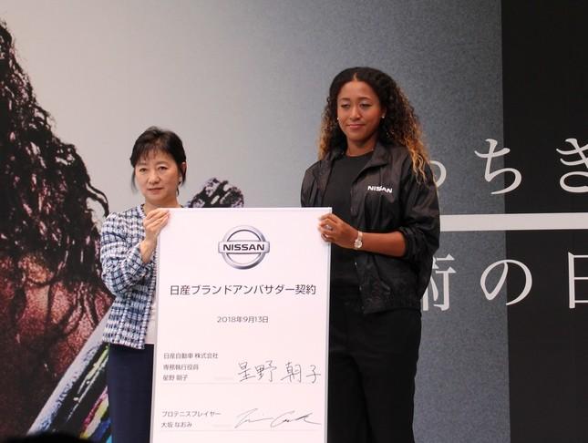 大坂なおみ選手(写真左)が日産自動車のブランドアンバサダーに就任。写真右は日産自動車・専務執行役員の星野朝子氏