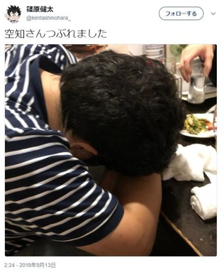 テーブルに突っ伏す空知英秋さん(篠原健太さんのツイッターより)