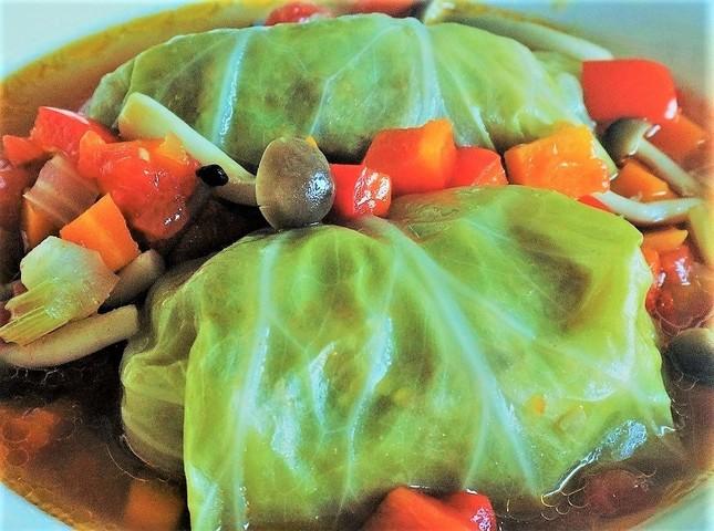 秋のロールキャベツは、ひき肉の温もりを余さず包容し、静かに横たわる(レシピ文学風)=料理は自作を冨永が撮影