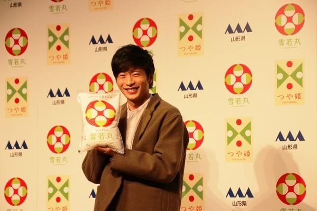 「雪若丸」をもって笑顔の田中圭さん