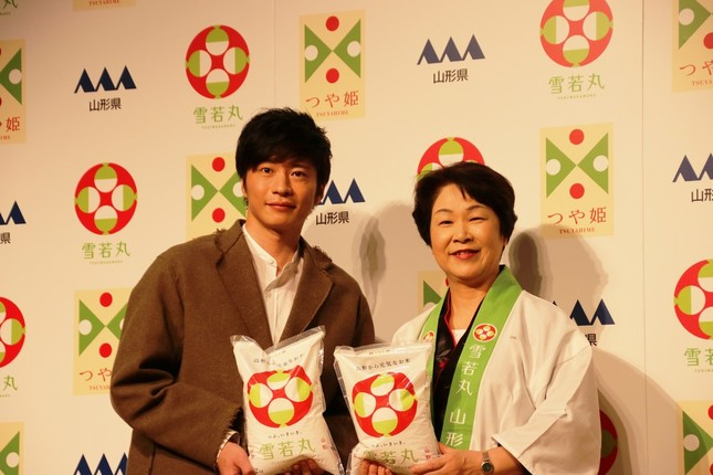 田中圭さん(左)と吉村美栄子山形県知事(右)