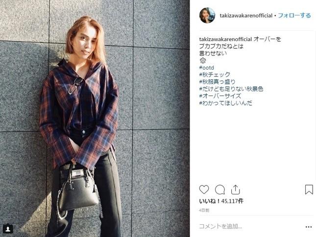 秋服を披露する滝沢カレンさん (画像は本人のインスタグラムより)