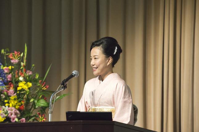 主催者挨拶を行う、日本経済大学学長の都築明寿香氏