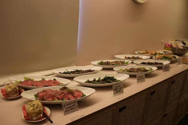 9種類の料理が並んだ