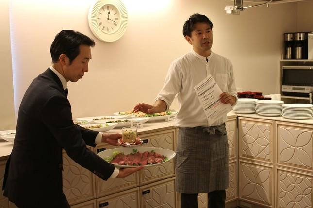 フジッコのシェフ、鍵和田崇さん(右)