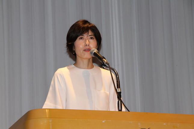 オープニングスピーチを行う小島慶子さん