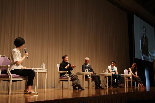 左から小島慶子さん、秋山弘子氏、清水国明氏、木戸俊介氏、上条百里奈氏