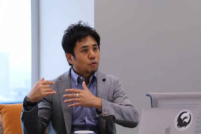 インタビュー中の長谷川代表