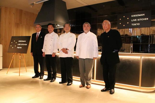 左から、キッコーマン代表取締役社長の堀切氏、シェフの脇屋氏、村田氏、三國氏、アドバイザーで学校法人服部学園理事長の服部氏