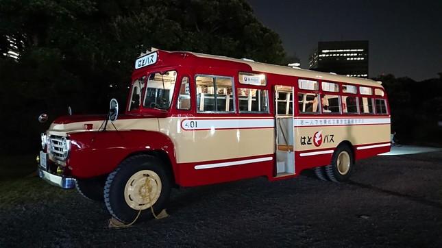 1960年製造のボンネット型の「はとバス」をリメイクして展示