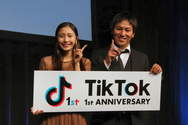 TikTokの1周年を祝う佐野ひなこさん、狩野英孝さん