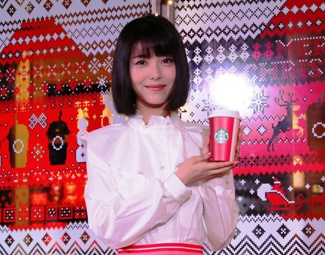 浜辺美波さんがスターバックス「クリスマスケーキイルミネーション」点灯式に登場