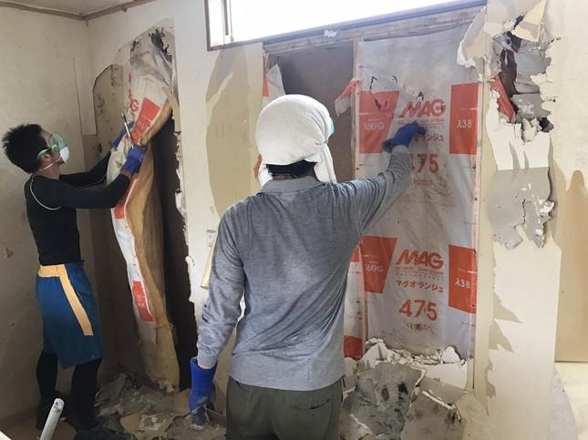 真備町で行われている、壁の断熱材撤去作業の様子(写真提供:ピースボート災害ボランティアセンター)