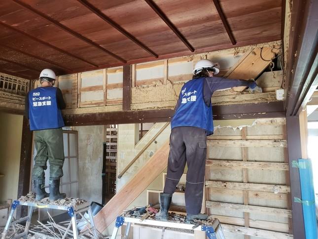 壁の清掃作業(写真提供:ピースボート災害ボランティアセンター)