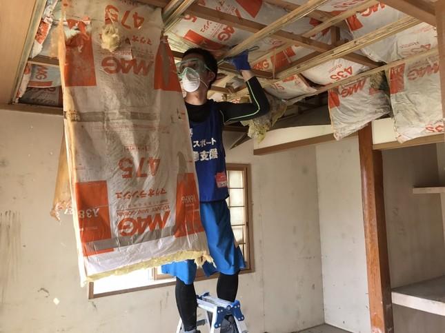 天井の断熱材撤去作業も行われる(写真提供:ピースボート災害ボランティアセンター)