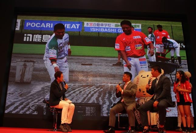 独立リーグの試合で、グラウンド整備をする岩村さんと村田さん