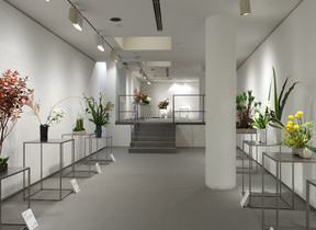 ビジネスリーダー53人の「いけばな」作品展示 テーマは「器との出会い」