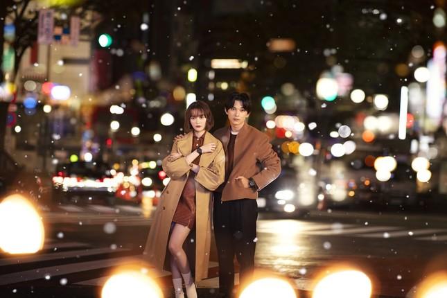 舞台はクリスマスの夜の渋谷で、2人はカップルを演じる