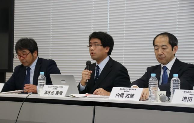 (左から)加茂牧場の加茂太郎代表取締役、北海道大学大学院農学研究院の清水池義治専任講師、中央酪農会議の内橋政敏事務局長