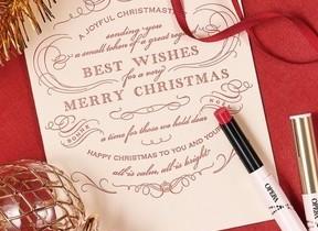 「ファニーホリデー」イメージの特別なレッド クリスマス限定カラーのリップ